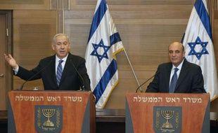 La décision de Benjamin Netanyahu de faire entrer le parti d'opposition Kadima au gouvernement israélien est d'abord motivée par des considérations de politique intérieure, mais pourrait renforcer sa marge de manoeuvre dans l'hypothèse d'une frappe sur l'Iran.