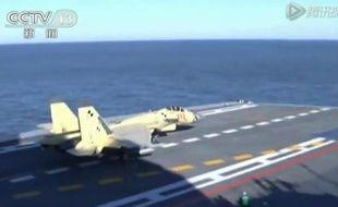 """Capture d'image de la télévision chinoise CCTV le 26 novembre 2012 montrant l'atterrissage d'un appareil sur le porte-avion """"Liaoning"""" au large de la Chine"""