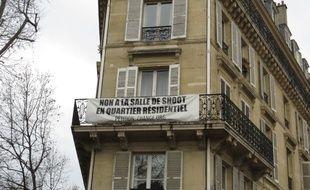 Des banderoles anti-salle de shoot sont toujours accrochées à proximité de l'établissement.