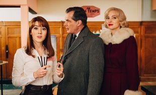La journaliste Alice Avril (Blandine Bellavoir), le commissaire Swan Laurence (Samuel Labarthe) et la secrétaire Marlène Leroy (Elodie Frenck) dans l'épisode inédit des «Petits meurtres d'Agatha Christie», intitulé « Meurtres en soldes ».