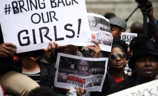 Des manifestants appellent à la libération immédiate des lycéennes enlevées au Nigeria, devant la maison du Nigeria à Londres le 9 mai 2014