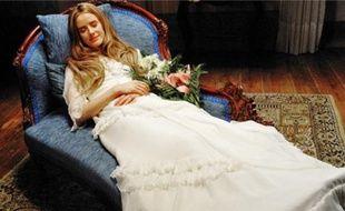 Jeune fille blonde, ô combien singulière, Angélica sourit sur son lit de mort.
