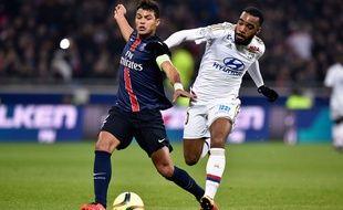 Thiago Silva au duel avec Alexandre Lacazette le 28 février 2016.
