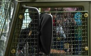 Un fourgon de police embarque des manifestants à Minsk, le 12 août 2020.