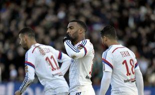 Alexandre Lacazette a inscrit son 21e but de la saison en L1, avant de sortir sur blessure dans la foulée. AFP PHOTO / JEFF PACHOUD