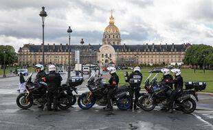 Des policiers devant les Invalides à Paris (illustration).
