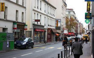 La rue de Charonne avec des passants, lundi 16 novembre au matin.