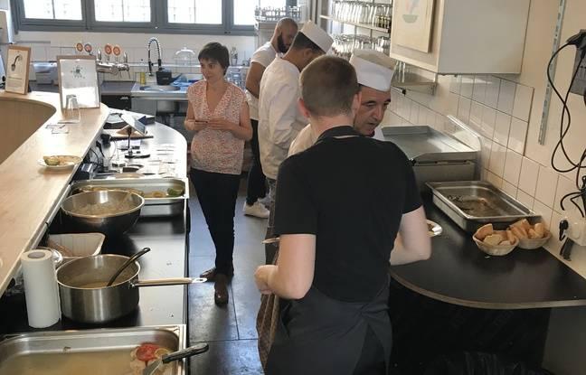 Les cuisiniers préparent les plats avant de les servir aux clients.