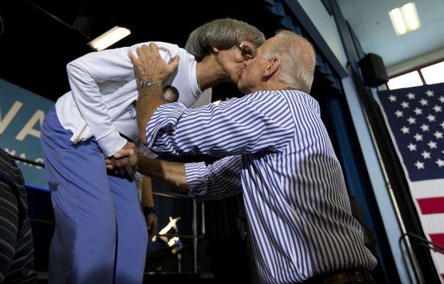 Joe Biden embrasse une militante démocrate en 2012.