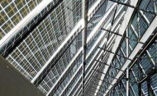 La façade sud est recouverte de panneaux photovoltaïques.