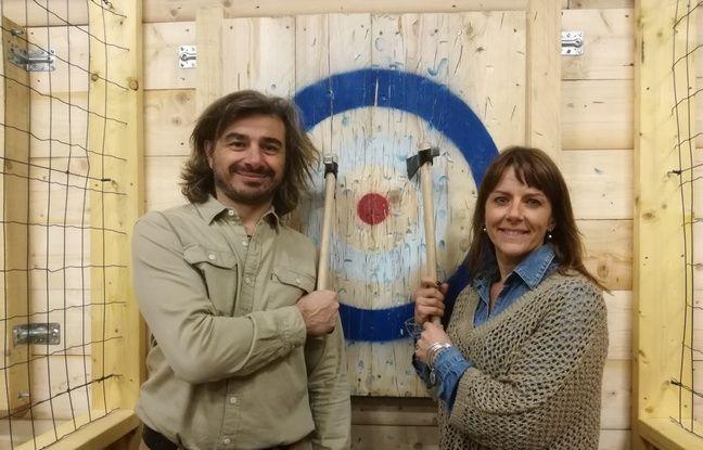 Fanny et Sébastien ouvrent la première salle de lancer de haches de l'agglomération toulousaine ce samedi.