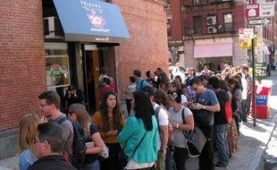 Une file d'attente devant la reproduction du café Central Perk, à New York, le 17 septembre 2014.