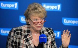 """Eva Joly a exposé samedi sa vision d'une """"Europe fédérale"""" engagée vers la """"sortie du nucléaire"""" et a fustigé la """"schizophrénie"""" des politiques consistant à rendre l'Europe responsable de """"tout ce qui va mal""""."""