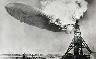 Le dirigeable allemand Hindenburg, en flammes le 6 mai 1937, quelques instants avant son crash.