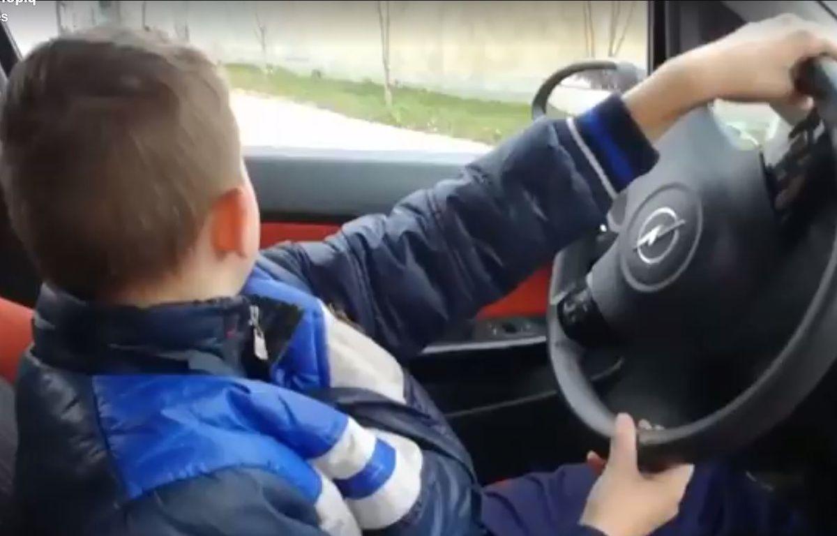 Un papa a voulu faire plaisir à son fils en le laissant conduire la voiture – Capture Facebook