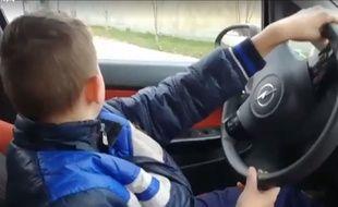 Un papa a voulu faire plaisir à son fils en le laissant conduire la voiture