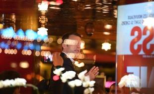 Emmanuel Macron le soir du premier tour derrière la vitre du restaurant La Rotonde à Paris.
