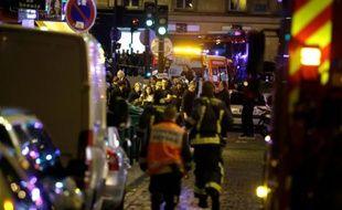Les pompiers interviennent après les attentats dans le 10e arrondissement de Paris, le 13 novembre 2015