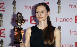La comédienne Marie Rémond, ancienne élève du Théâtre national de Strasbourg, pose avec son Molière de la révélation féminine le 27 avril 2015.