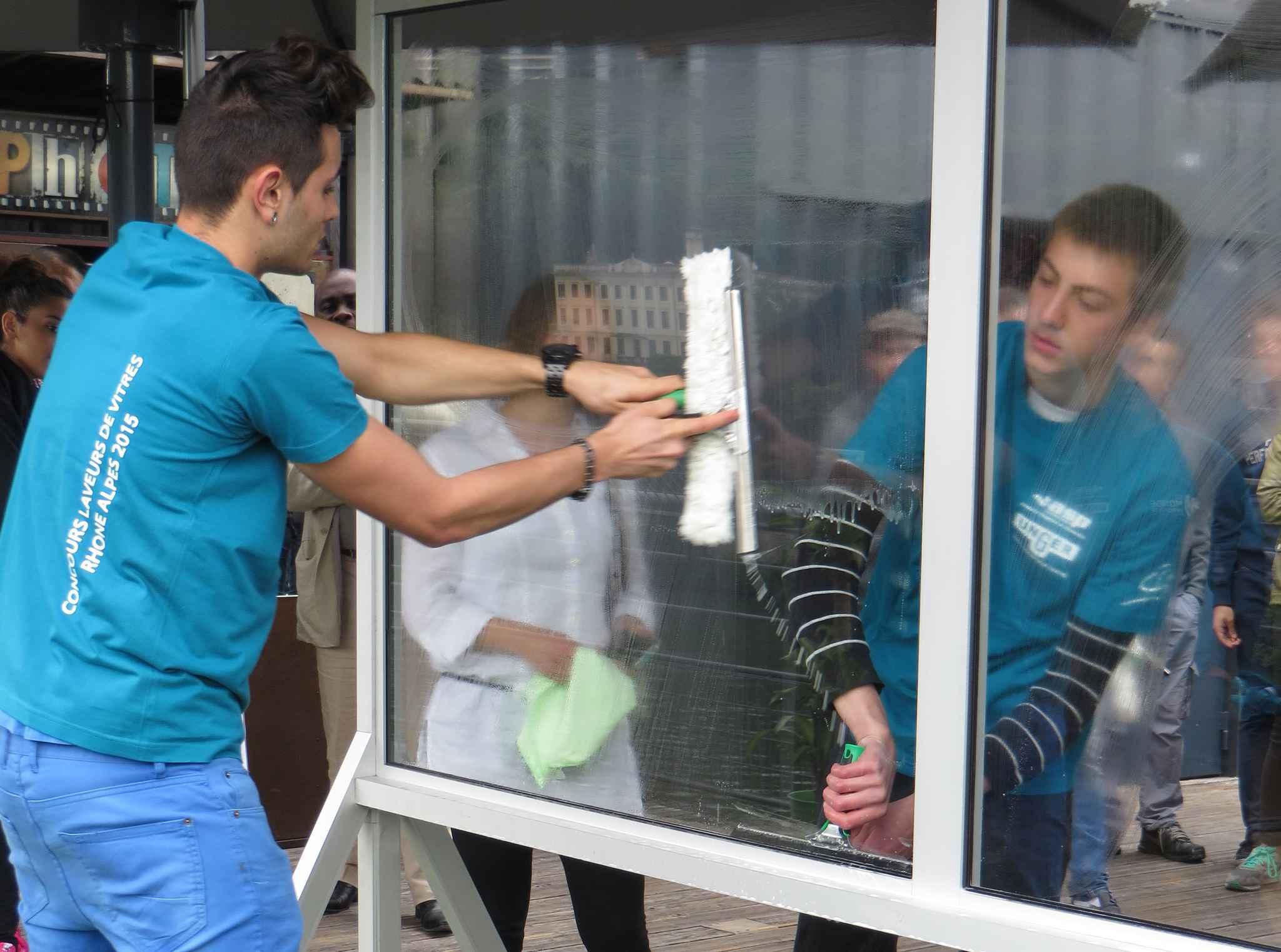 lyon un concours de lavage de vitres pour valoriser les m tiers de la propret. Black Bedroom Furniture Sets. Home Design Ideas