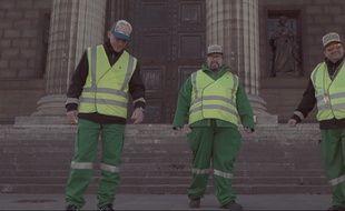 Le groupe de rap La Triple XL est composé de trois agents de la propreté de la ville de Paris. Ils chantent leur quotidien avec humour.