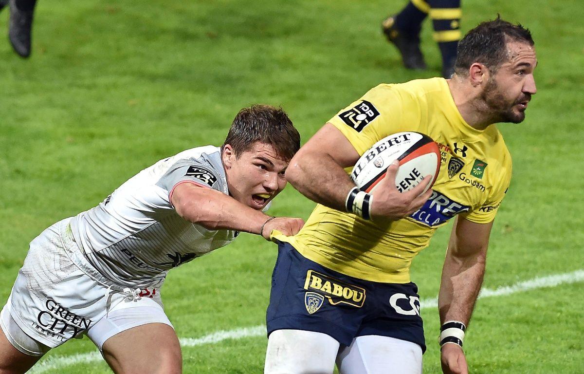 Le Stadiste Antoine Dupont plaque l'Auvergnat Scott Spedding lors du choc du Top 14 entre Toulouse et Clermont, le 8 octobre au stade Ernest-Wallon. – R. Gabalda / AFP