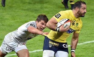 Le Stadiste Antoine Dupont plaque l'Auvergnat Scott Spedding lors du choc du Top 14 entre Toulouse et Clermont, le 8 octobre au stade Ernest-Wallon.