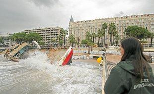 Devant le Carlton, à Cannes, image insolite d'un cargo échoué sur la plage.