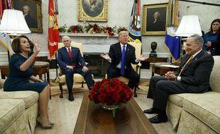 Donald Trump et Mike Pence avec les leaders démocrates du Congrès, Nancy Pelosi et Chuck Schumer, le 11 décembre 2018, dans le bureau Ovale de la Maison-Blanche.