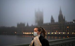 Une passante à Londres, le 7 décembre 2020.