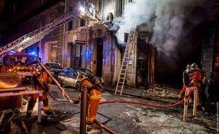 Les pompiers intervenant sur cet incendie