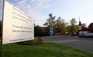 La pancarte de protestation des salariés de Servier, devant l'usine de Gidy (Loiret)