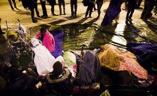 Des personnes participent a un rassemblement a l'appel de plusieurs associations militant pour le droit au logement, le 7 octobre 2011
