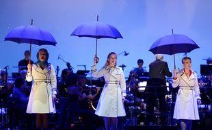 """Jasmine Roy, Louise Leterme et Nathalie Dessay dans la comédie musicale """"Les Parapluies de Cherbourg"""" au Chatelet, à Paris, le 10 septembre 2014. AFP PHOTO / ERIC FEFERBERG"""