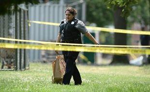 Une policière traverse la scène de crime à Alexandria le 14 juin 2017, où plusieurs personnes, dont des élus républicains, ont été blessés par balles par un tireur, qui est décédé à l'hôpital.