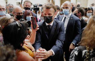 Le président français Emmanuel Macron rencontre des habitants lors d'une visite à Martel, dans le sud de la France, le jeudi 3 juin 2021.