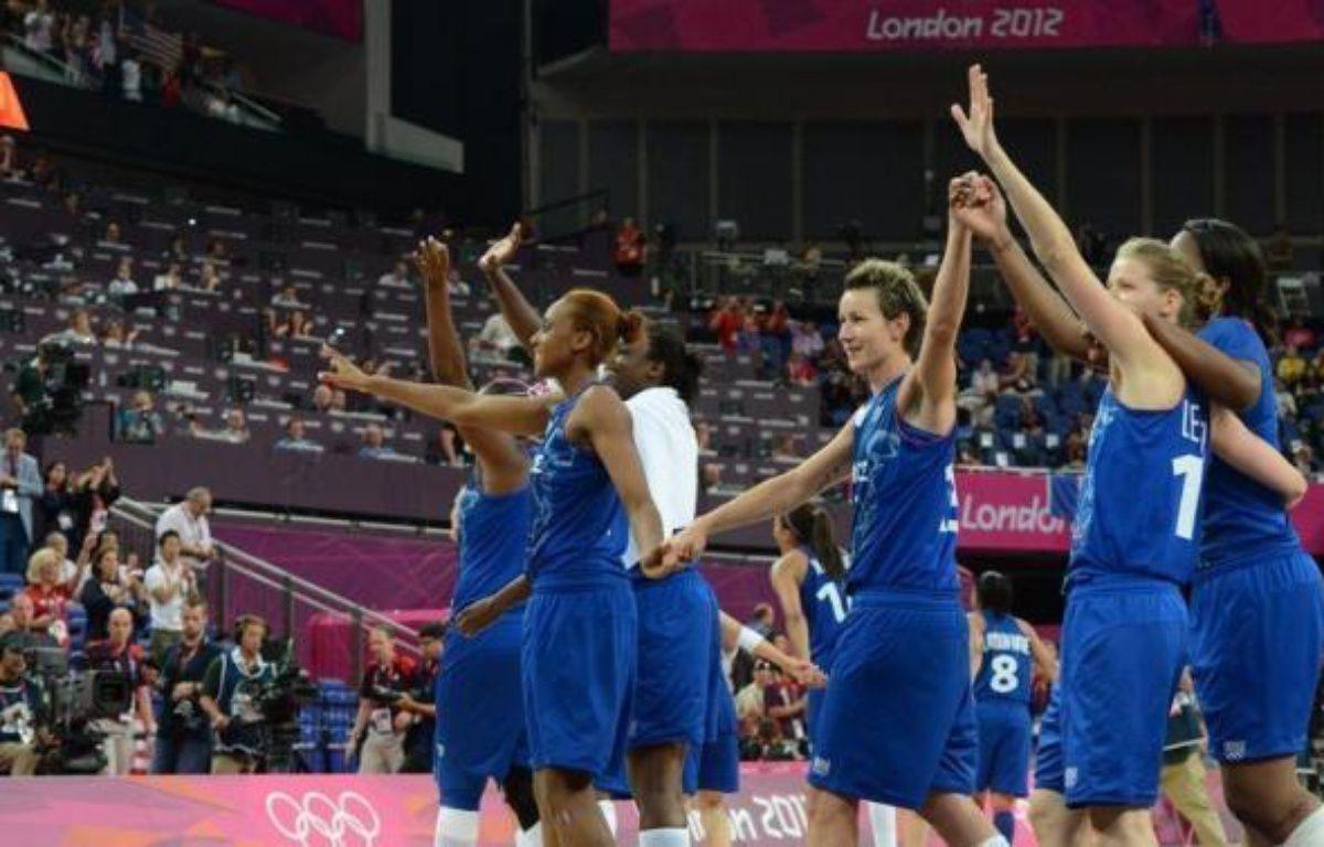 Les joueuses de l'équipe de France féminine de basket, vice-championnes olympiques cet été à Londres, ont été chaleureusement saluées à l'Open LFB, qui marque le début du Championnat, samedi au stade Pierre-de-Coubertin à Paris. – Mark Ralston afp.com