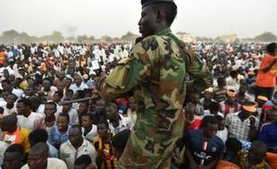 Un soldat tchadien monte la garde lors d'un meeting de campagne du candidat d'opposition à la présidentielle Saleh Kebzaboh, sur la Place de la Nation à N'Djamena le 8 avril 2016