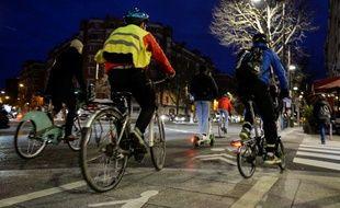 Des cyclistes dans le centre-ville de Paris le 17 décembre dernier, jour de fortes perturbations dans les transports en commun de la capitale, en raison de la grève contre la réforme des retraites.