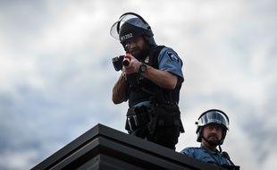 Deux policiers pendant une manifestation à Minneapolis, le 27 mai 2020.