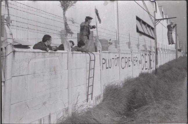 Des ouvriers tenant la grève de l'usine Sud-Aviation en mai 1968.
