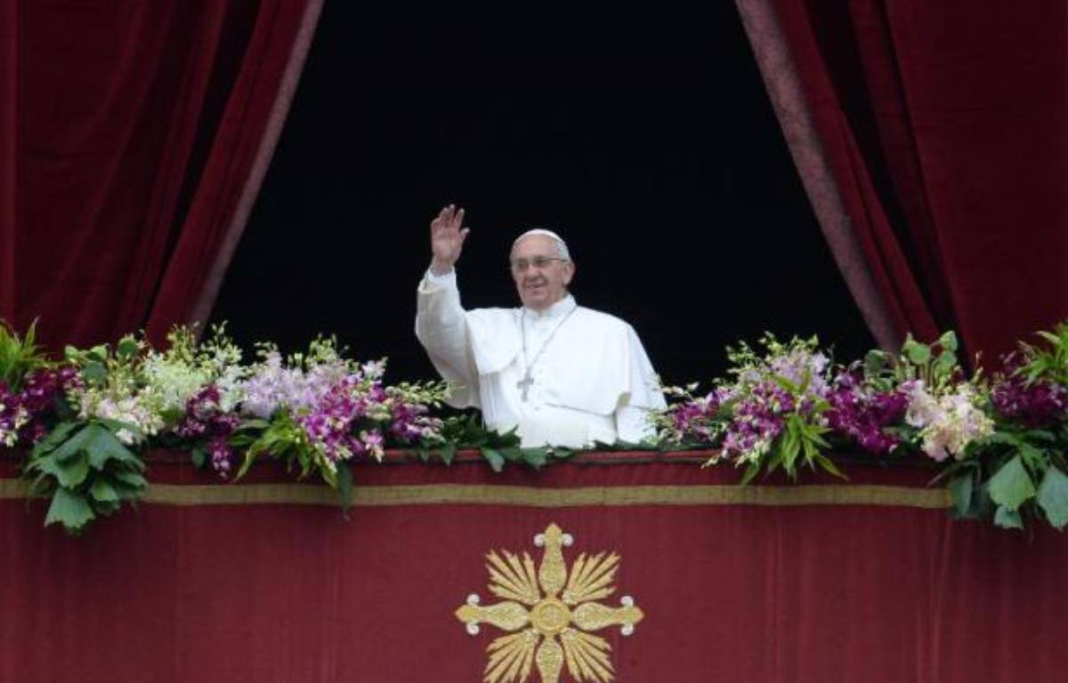 """Le pape François pendant la bénédiction """"Urbi et orbi"""", le 5 avril 2015 au Vatican – FILIPPO MONTEFORTE AFP"""
