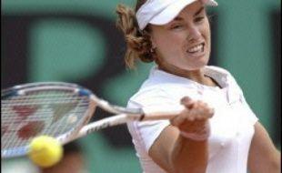 L'événement du début de journée a été le retour de Martina Hingis, absente depuis cinq ans à Roland-Garros, le seul tournoi du Grand Chelem qui manque à son palmarès.