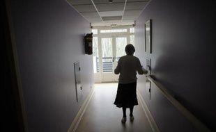 Illustration d'une femme marchant dans le couloir d'une maison de retraite en région parisienne.