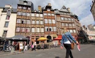 La place du Champ-Jacquet et ses immeubles à pans de bois sont une des images de Rennes connues des touristes.