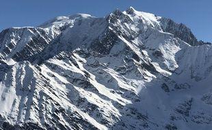 Vue du massif du Mont-Blanc ou se situe le mont Blanc, point culminant de la chaîne des Alpes et plus haut sommet d'Europe occidentale (4809m).