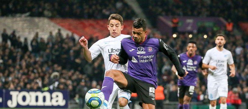 Matthieu Dossevi, l'attaquant du TFC, lors du match de Ligue 1 contre l'OM de Maxime Lopez, le 24 novembre 2019 au Stadium de Toulouse.