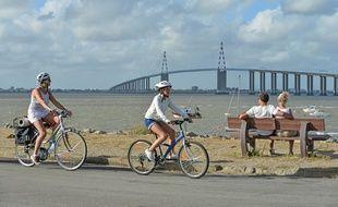 Des cyclistes devant le pont de Saint-Nazaire.