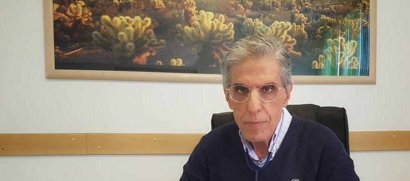 Le docteur Georges Chiche dans son cabinet à Marseille