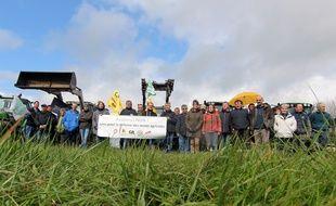 Vendredi 30 mars, des dizaines d'agriculteurs étaient réunis sur une parcelle menacée par le projet de parc d'attractions Avalonys à Guipry-Messac.